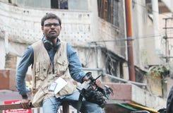 Pessoa dos meios que senta-se na barricada, Índia Imagem de Stock Royalty Free