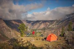 A pessoa está perto do acampamento e do olhar no vale da vista Imagem de Stock