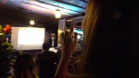 A pessoa está tomando a foto com um smartphone no evento da noite Kyiv, Ucr?nia 10 05 2019 vídeos de arquivo