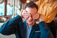 A pessoa fêmea fecha as mãos dos olhos para equipar fotografia de stock
