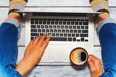 Pessoa fêmea que usa o portátil no assoalho Imagem de Stock