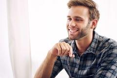 Pessoa feliz do negócio que olha fora da câmera Fotos de Stock