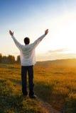 Pessoa feliz no campo imagem de stock royalty free