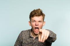 Pessoa furiosa louca do ponto mental irritado do grito do homem fotografia de stock royalty free