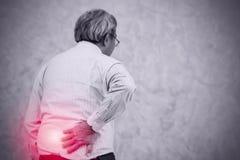A pessoa idosa chinesa asiática abaixa a dor nas costas imagens de stock royalty free