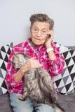 A pessoa idosa do tema usa a tecnologia Casa de assento da mulher caucasiano cinzenta ativa satisfeita madura dos enrugamentos do imagem de stock royalty free