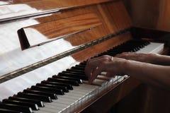 A pessoa idosa entrega o jogo do piano, fim acima fotografia de stock royalty free