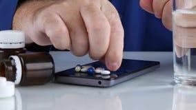 A pessoa impaciente faz gestos de mão nervosos perto de um móbil com comprimidos médicos vídeos de arquivo