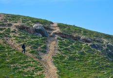 A pessoa indo-para baixo, rochas Fotografia de Stock
