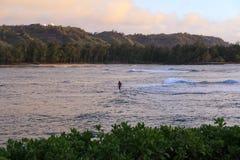 pessoa irreconhecível que surfa no mar imagens de stock royalty free