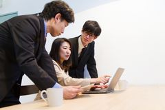 Pessoa japonesa do negócio que verifica a site do Internet com o PC fotos de stock