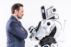 Pessoa masculina determinada que olha o cyborg Fotografia de Stock