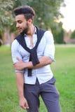 Pessoa masculina latino-americano considerável nova que anda no parque fotos de stock royalty free