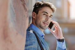 Pessoa masculina nova interessada que tem a conversação imagens de stock