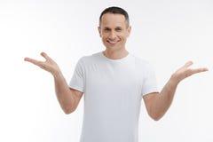 Pessoa masculina positiva que mantém o sorriso em sua cara Foto de Stock