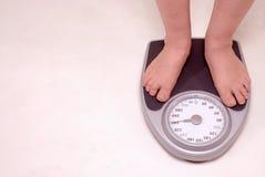 Pessoa na escala do peso Imagem de Stock