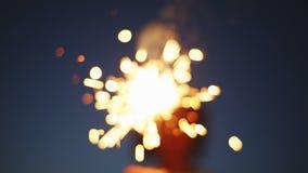 Pessoa anônima com fogo de artifício ardente vídeos de arquivo