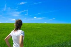 Pessoa no campo verde 1 Fotografia de Stock Royalty Free