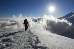 Pessoa no cume da montanha Imagens de Stock Royalty Free