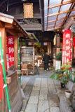 Pessoa no santuário de Tenman-gu fotografia de stock