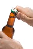 Pessoa que abre um frasco da cerveja Imagem de Stock