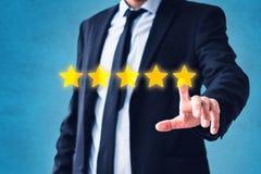 Pessoa que aponta na revisão de 5 estrelas, conceito do feedback do traje - avaliação de cinco estrelas fotos de stock royalty free