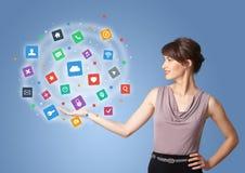Pessoa que apresenta ícones e símbolos da nova aplicação ilustração stock