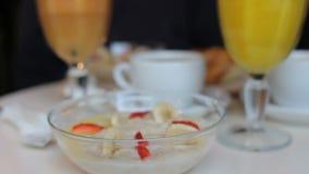 Pessoa que come o café da manhã no café papa de aveia com bagas, suco fresco, café vídeos de arquivo