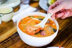 Pessoa que come a sopa de Tom Yum Gong fotografia de stock royalty free