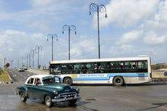 Pessoa que conduz seu carro do vintage no Malecon em Havana Fotos de Stock Royalty Free