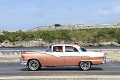 Pessoa que conduz seu carro do vintage no Malecon em Havana Foto de Stock