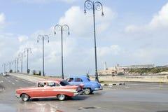 Pessoa que conduz seu carro do vintage no Malecon em Havana Imagens de Stock