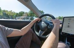 Pessoa que conduz um modelo novo 3 de Tesla imagens de stock royalty free