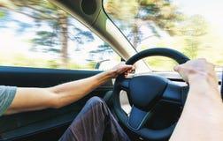 Pessoa que conduz um veículo elétrico novo fotos de stock