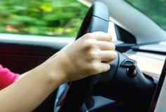 Pessoa que conduz um veículo luxuoso abaixo da estrada foto de stock royalty free