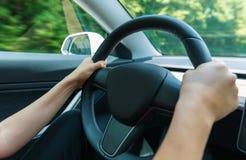 Pessoa que conduz um veículo luxuoso abaixo da estrada fotografia de stock royalty free