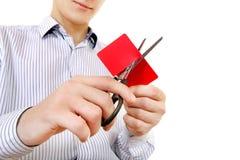 Pessoa que corta um cartão de crédito Fotografia de Stock Royalty Free