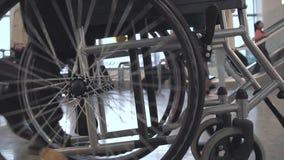 Pessoa que empurra a cadeira de rodas vídeos de arquivo