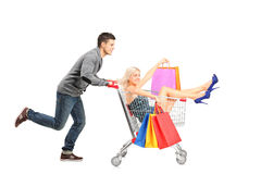 Pessoa que empurra um carro, mulher com os sacos nele imagens de stock
