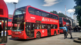 Pessoa que espera o ônibus vermelho Imagens de Stock Royalty Free