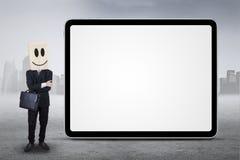 Pessoa que está ao lado da placa fora Fotografia de Stock