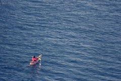 Pessoa que exercita pela canoa/caiaque, em um mar maravilhoso imagens de stock