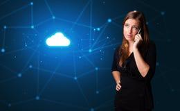 Pessoa que fala no telefone com conceito da tecnologia da nuvem fotografia de stock