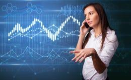Pessoa que fala no telefone com diagramas no fundo fotografia de stock