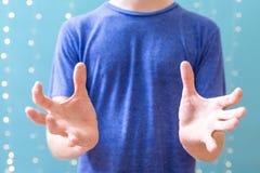 Pessoa que faz um gesto da exposição imagens de stock