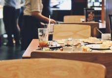Pessoa que guarda a coleta no fundo sujo do restaurante dos pratos das mãos, empregada de mesa que trabalha no restaurante foto de stock royalty free