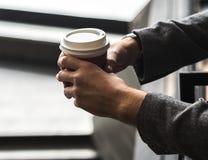 Pessoa que guarda o copo de café quente Fotografia de Stock