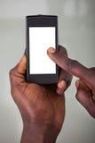 Pessoa que guarda o telefone celular fotografia de stock royalty free