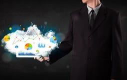 Pessoa que guarda um touchpad com tecnologia e cartas da nuvem Fotos de Stock