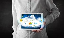 Pessoa que guarda um touchpad com tecnologia e cartas da nuvem Fotos de Stock Royalty Free